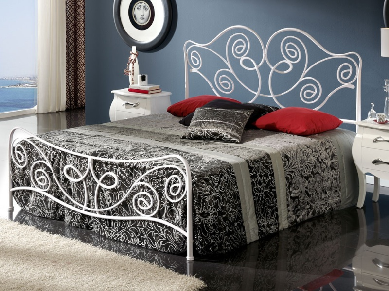une chambre joliment meubl e. Black Bedroom Furniture Sets. Home Design Ideas