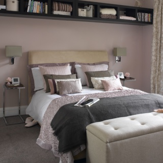 une tag re au dessus du lit. Black Bedroom Furniture Sets. Home Design Ideas