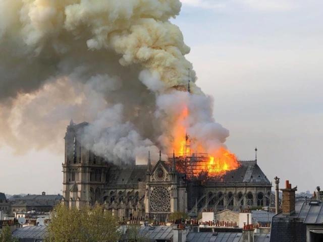 57028910 LaMortaise.com - Notre-Dame-de-Paris brule! - Forum LaMortaise.com - La référence en ébénisterie